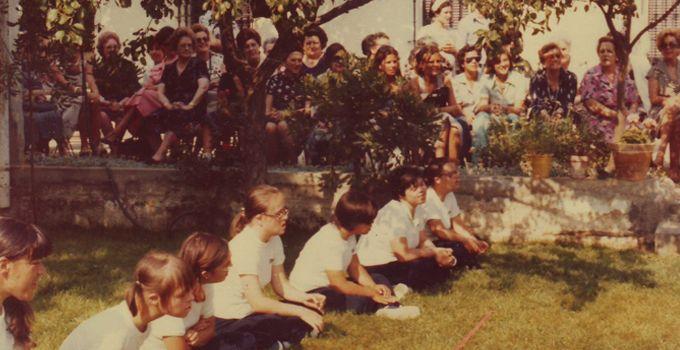 1979. Exhibició de gimnàstica durant la festa d'estiu.